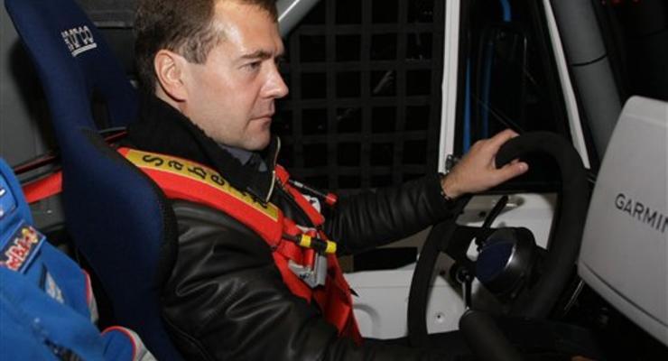Медведев проехался на гоночном КамАЗе