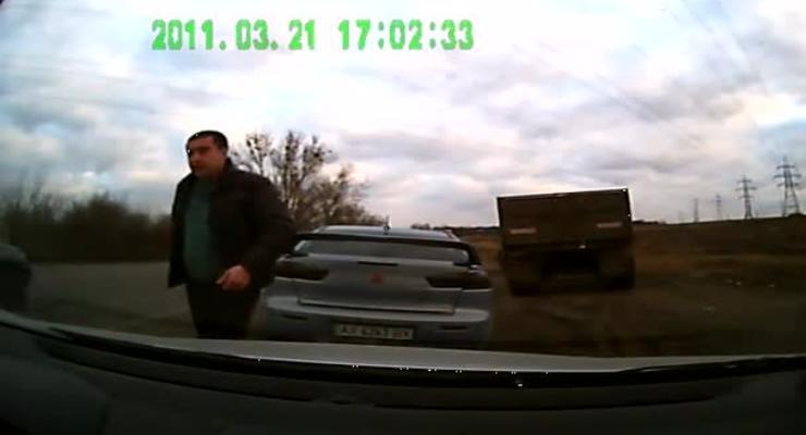 ГАИ уволила инспектора, угрожавшего водителю битой