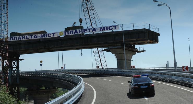 Азаров открыл новый заезд на Дарницкий мост