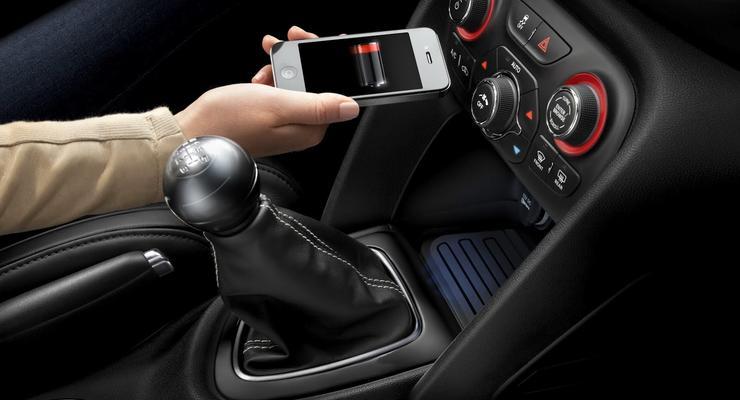 Chrysler показал беспроводную зарядку для телефонов