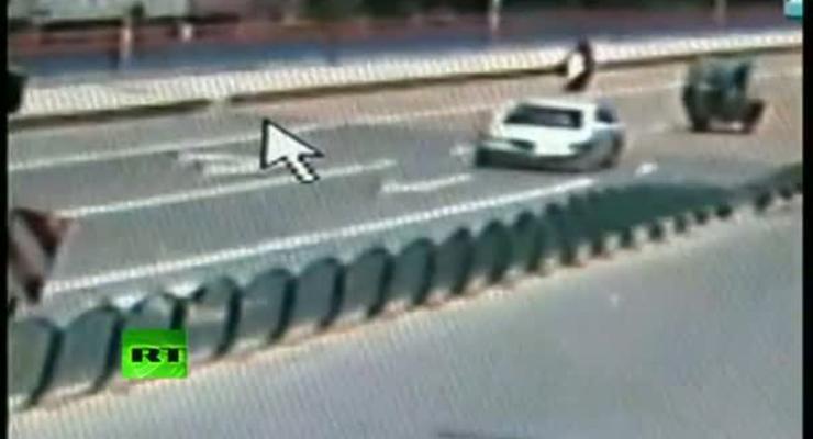 Эффект домино: дорожное ограждение повалило ветром