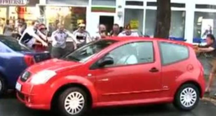 Женщина паркуется под хоровой аккомпанемент