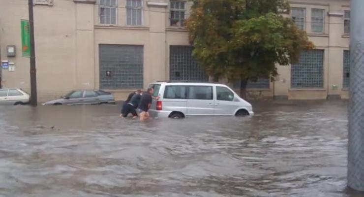 Киев опять затопило, машины форсируют улицы-реки