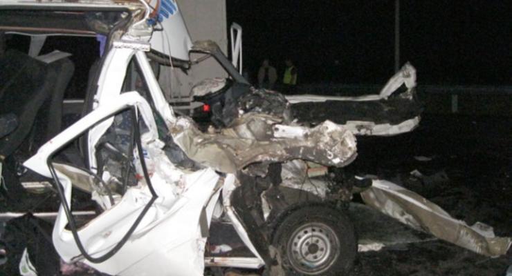 Маршрутка врезалась в грузовик, один пассажир погиб