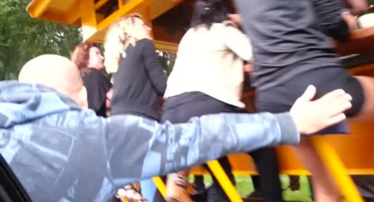 Парень похлопал по ягодицам девушек на велобаре
