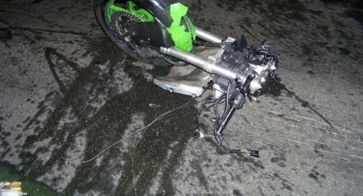 В Киеве мотоцикл разорвало на куски от удара об машину