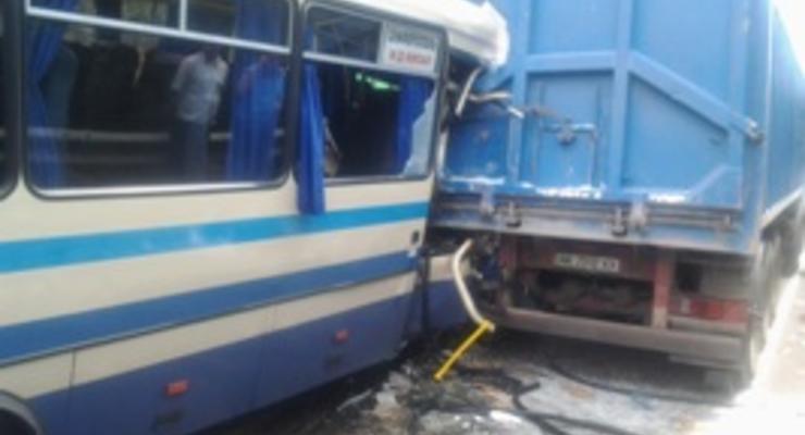 Автобус врезался в грузовик, пассажиру отрезало ноги