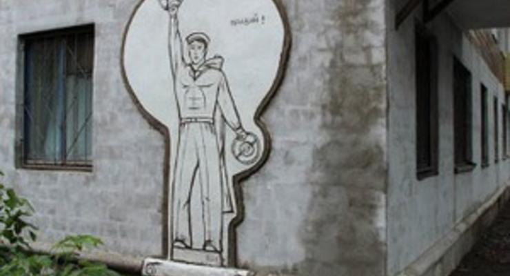 Художники установили памятник правому рулю во Владивостоке