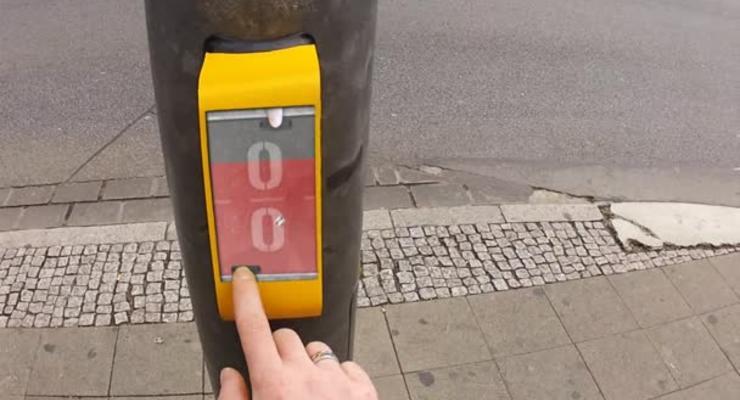Пешеходы используют светофор как видеоприставку