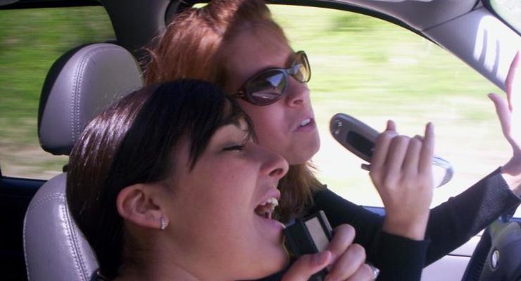 Пение за рулем повышает риск попасть в аварию