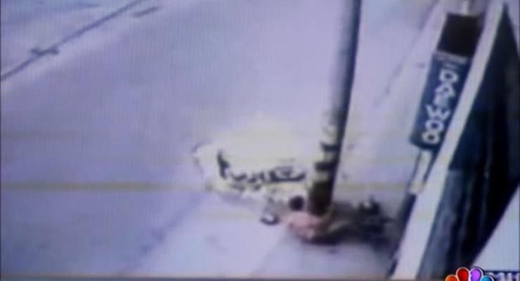 Мотоцикл влетел в столб и взорвался, но пилот выжил