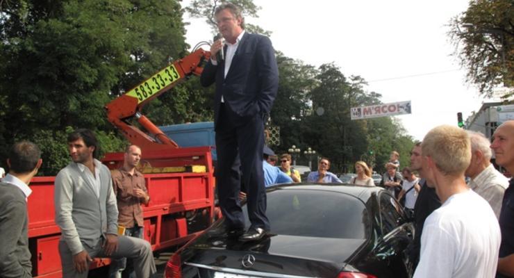 Кандидат в депутаты перекрыл Мерседесом улицу в Киеве