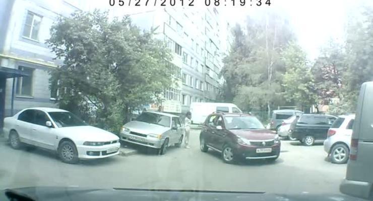 Девушка сбила подругу, которая помогала ей с парковкой