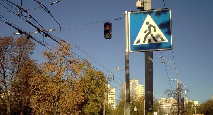 На переходе в Киеве Hyundai сломал ногу девочке