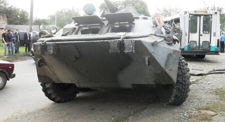 Молодой солдат на БТРе вдребезги разбил маршрутку