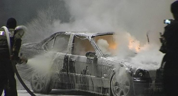 На стоянке в Киеве вспыхнул BMW с людьми в салоне