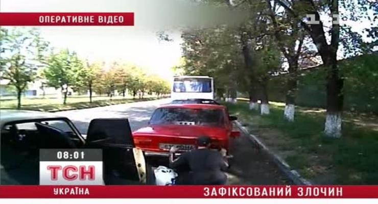 Водитель попался на камеру, когда сливал чужой бензин