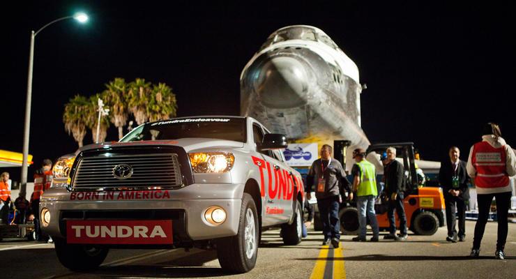 Пикап Toyota отбуксировал в музей 70-тонный шаттл