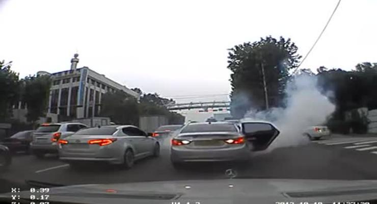 Hyundai самовольно рванул с места и разбил два авто