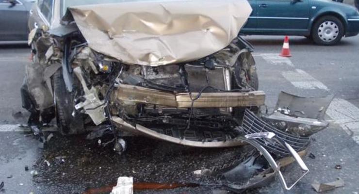 Lexus гонял по улицам с BMW и разбил пять машин
