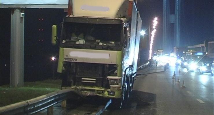 В Киеве фура снесла 100 м отбойника, водитель умер