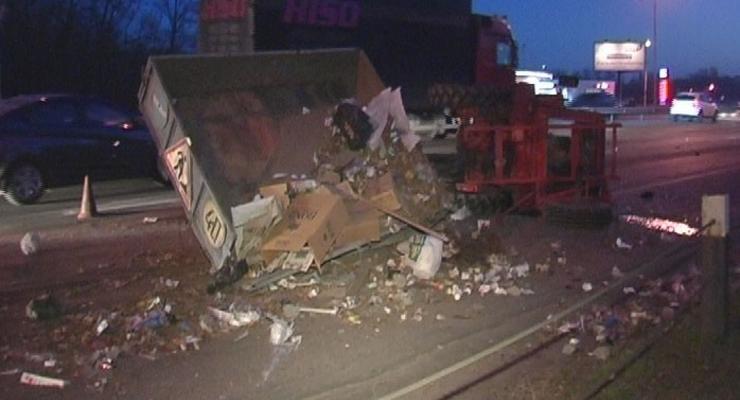 В Киеве Toyota перевернула трактор, водитель погиб