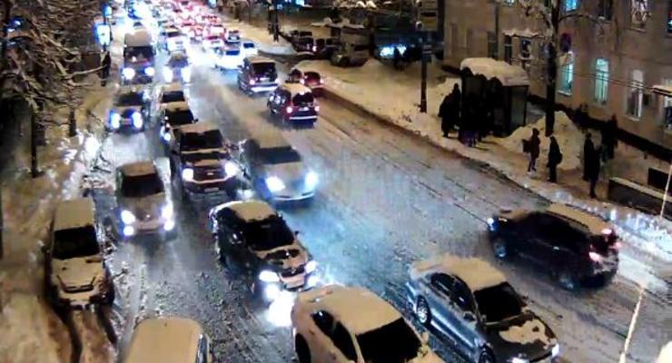 Пробки: Киев снова застрял в снегу на 10 баллов