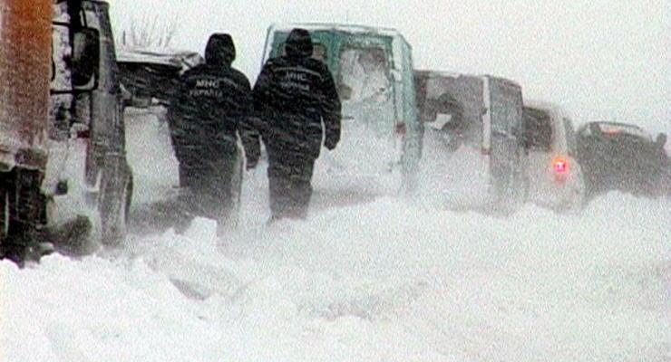 Запад Украины замело, сотни людей мерзнут в пробках