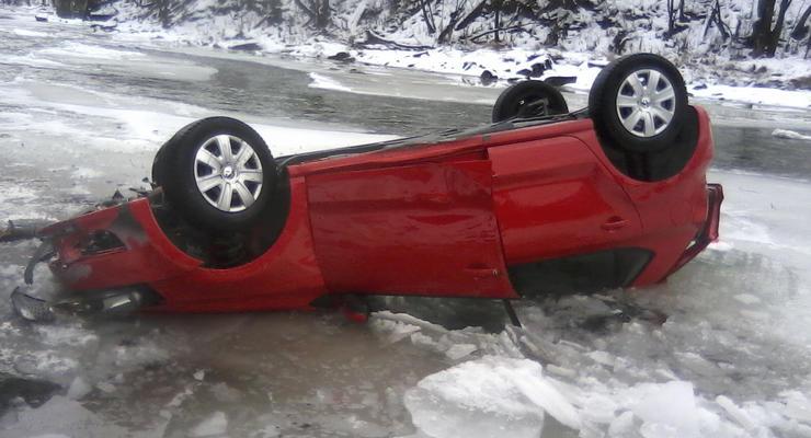 Киевлянин опрокинул свою машину в ледяную реку
