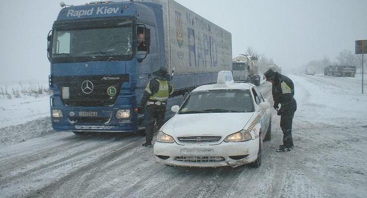 Снегом завалило запад и Донбасс, перекрыты дороги