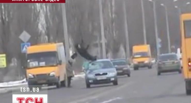 Камера засняла, как машина подбросила в воздух школьника
