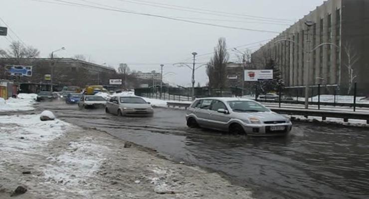 Борщаговскую затопило, улица может стать катком