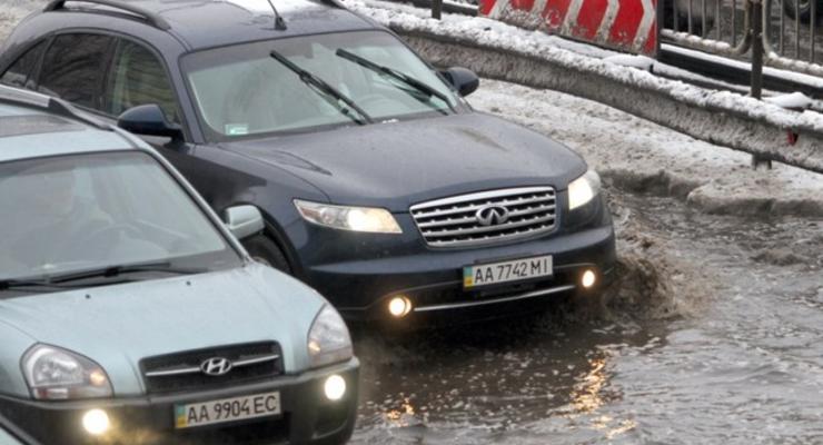 Растаявший за день снег затопил столичные улицы