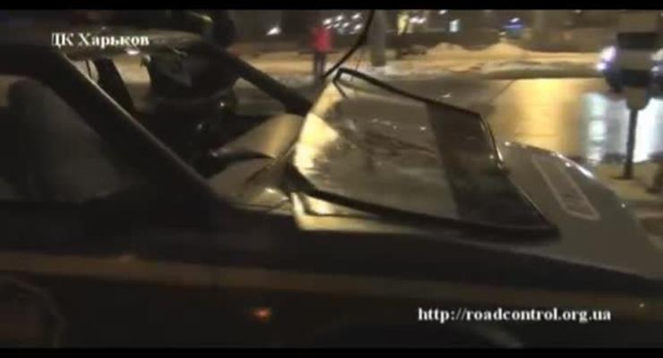Буйный водитель выбил лобовое стекло в машине ГАИ