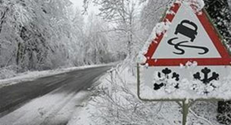 Азаров не может без слез смотреть на украинские дороги