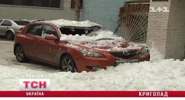 Камера засняла, как в Киеве глыба льда разбила Мазду