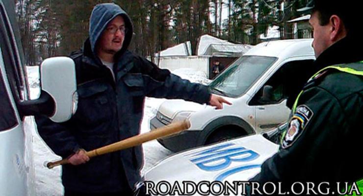 В Киеве водитель материл кобровцев, махая битой