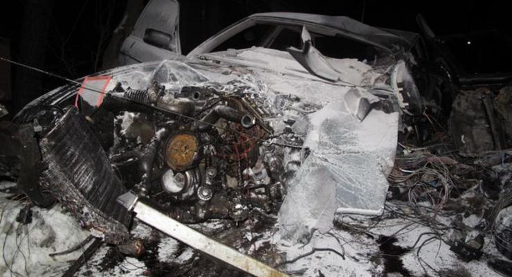 В Киеве BMW разорвало о дерево, два человека погибли