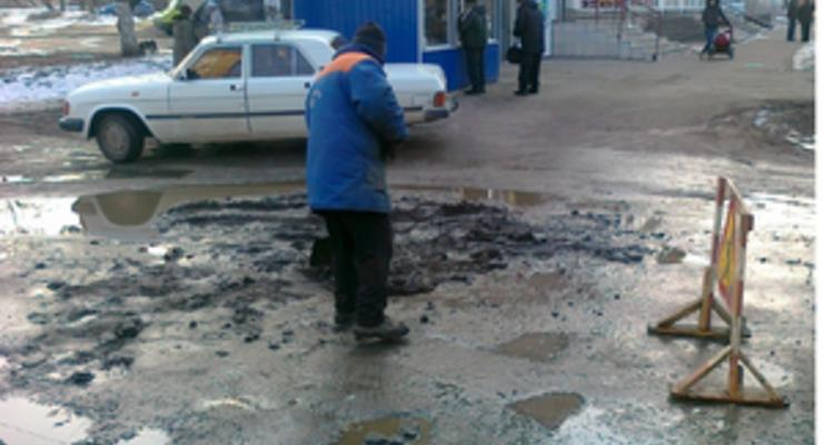 Воруют пять копеек: Азаров отрицает хищения в дорожном строительстве