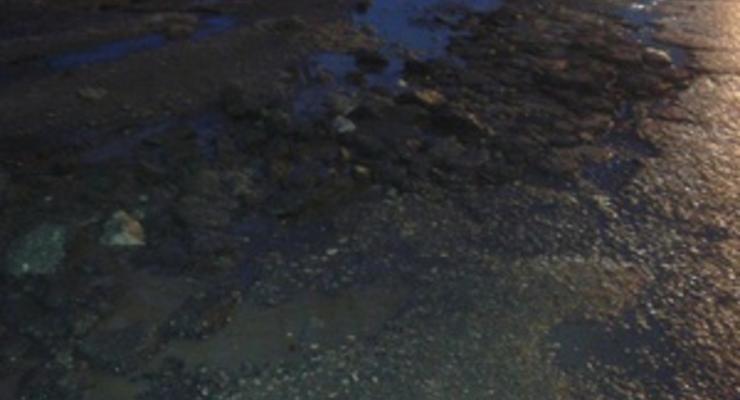 Перед приездом Азарова на телевидение перед студией срочно починили дорогу