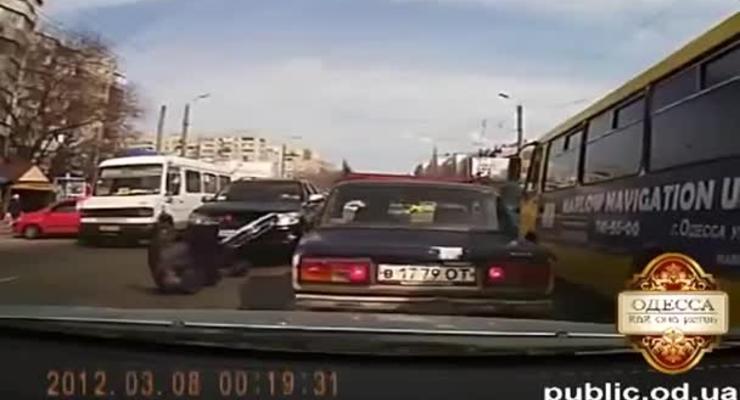 Камера засняла, как на переходе в Одессе сбили женщину