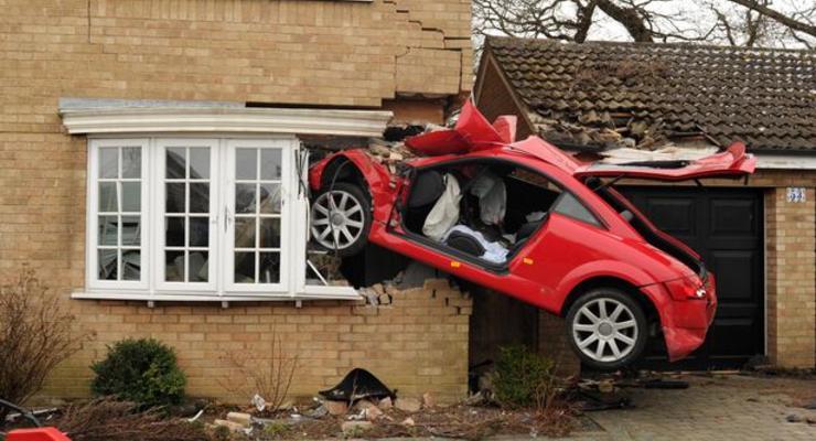Audi TT пробила стену жилого дома и повисла в воздухе