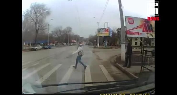 Водитель маршрутки заснял, как пешеходы лезут под колеса