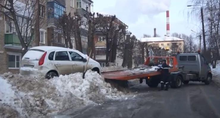Мешающие уборке снега машины ставят на сугробы
