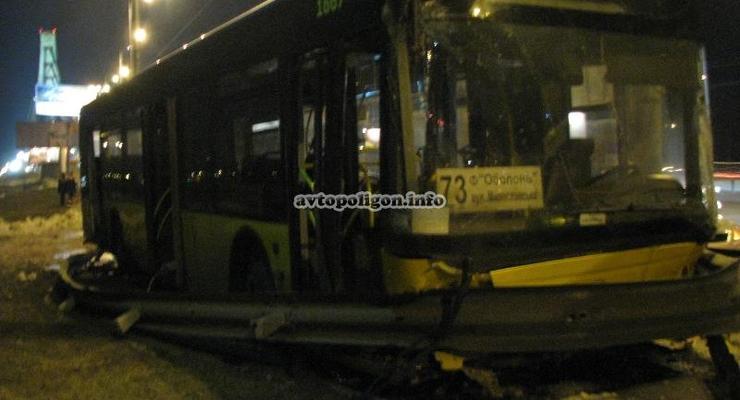 Авария на Московском мосту: автобус чуть не упал в реку