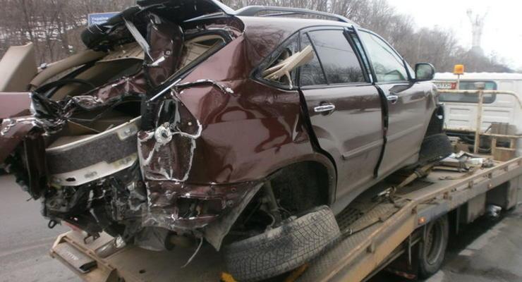 В Киеве мужчина угнал и разбил Lexus вместе с хозяйкой