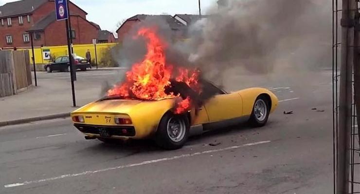 Крутая Lamborghini сгорела дотла прямо на улице (ФОТО, ВИДЕО)