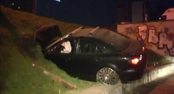 В Киеве Mazda слетела с развязки в пешеходный переход