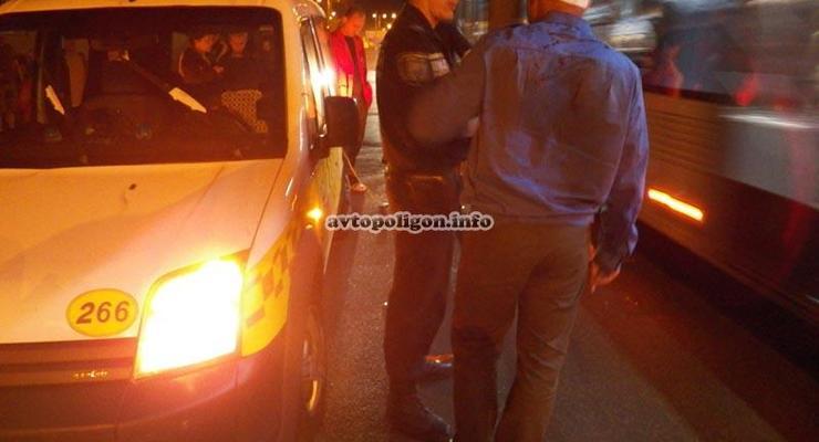 В Киеве люди избили таксиста, чуть не сбившего ребенка