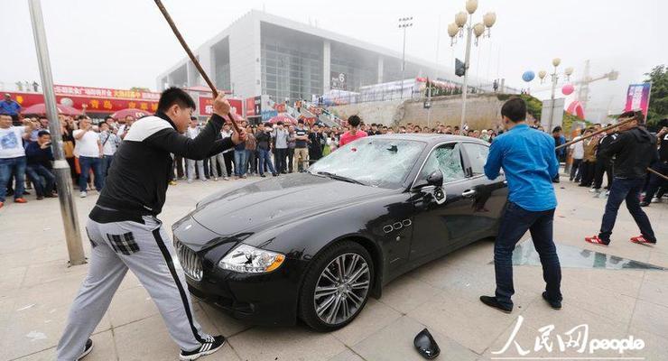 Китаец прилюдно разбил свой Maserati в знак протеста